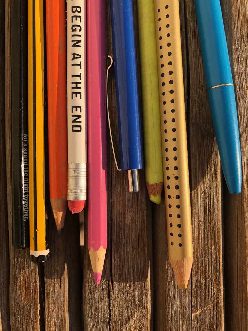 Stifte auf Holztisch